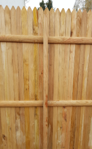 Poteau invisible sur une palissade