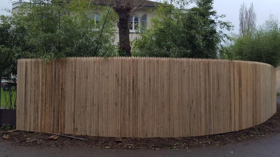 Réalisation d'une palissade arrondie en bois