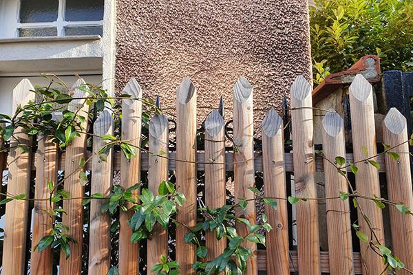 Palissade ajourée avec végétation