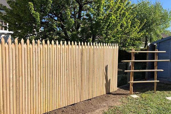 Palissade jointive en bois de châtaignier pour jardin