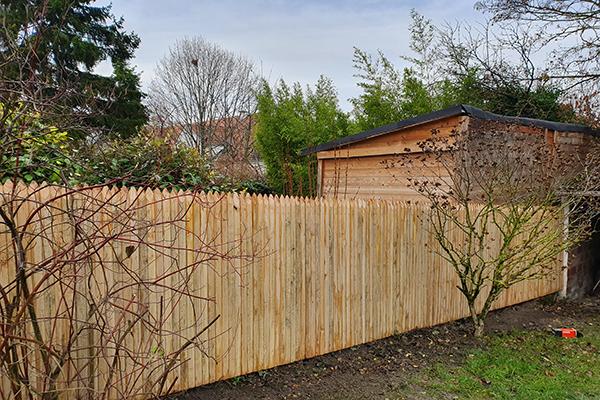 Palissade jointive en bois de châtaignier sur-mesure pour jardin