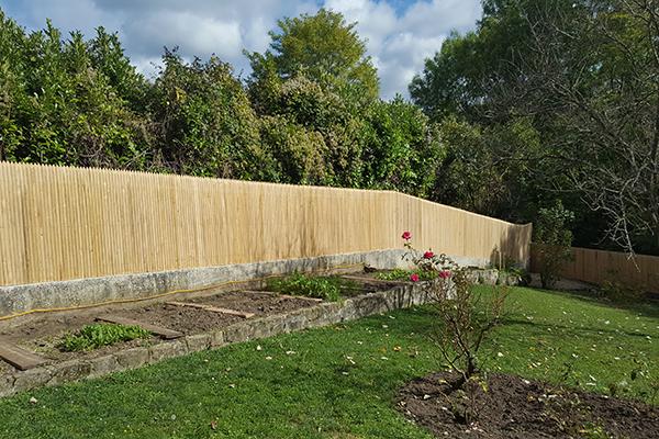 Palissade jointive en châtaignier pour brise-vue de jardin