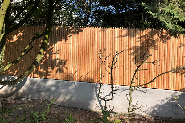 Palissade jointive en bois de mélèze pour clôturer un espace