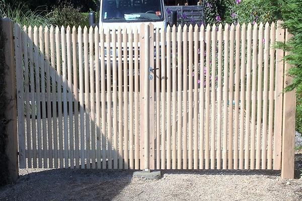 Portail sur-mesure en bois clair